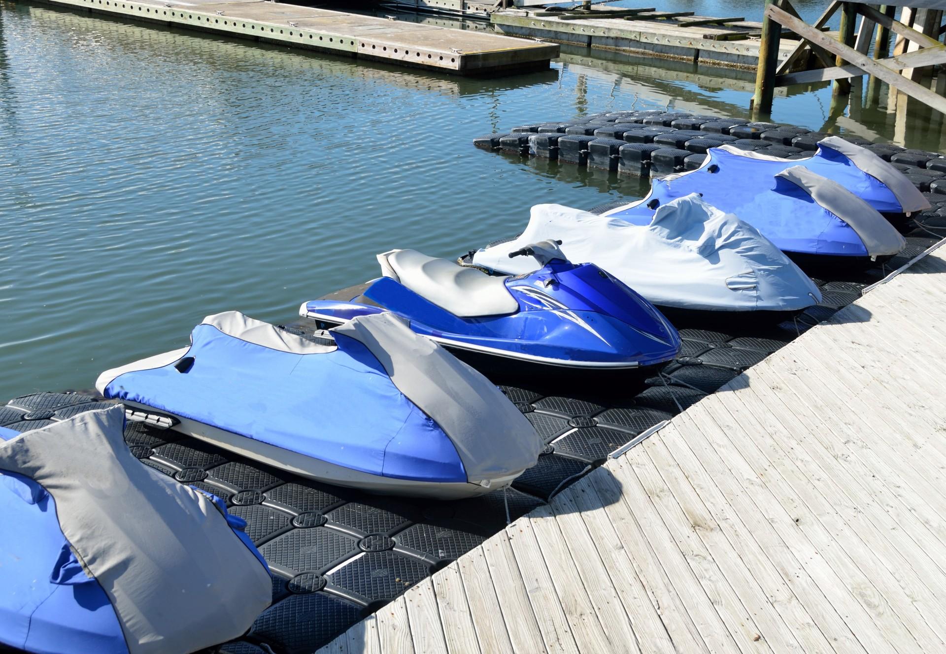 Foto de varias motos acuáticas