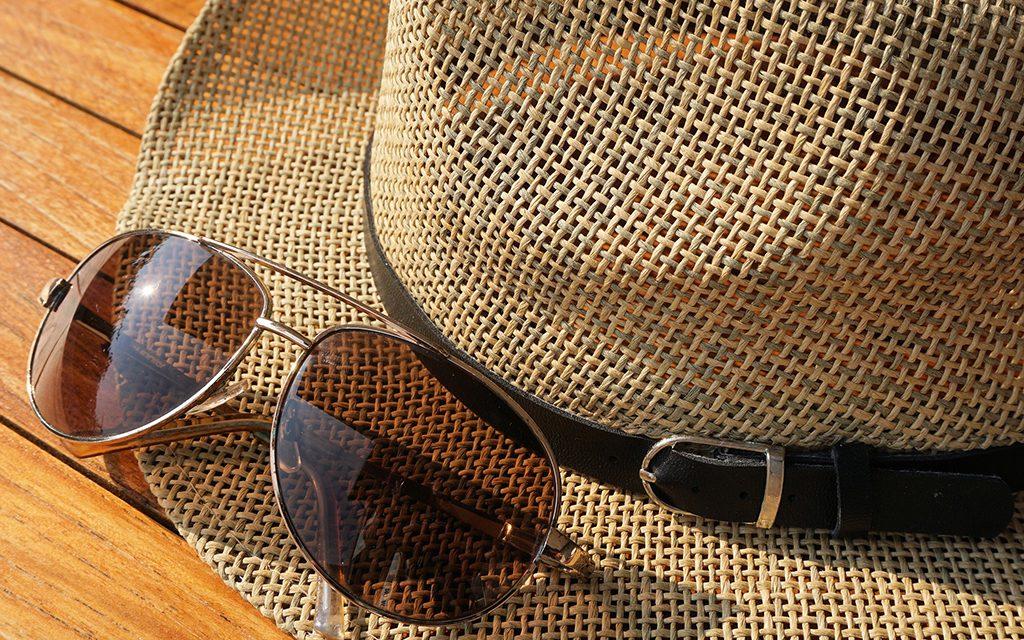 Sombrero y gafas de sol para protegerse de los rayos