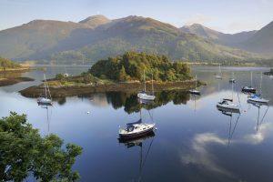 Lago con barcas una flora y un paisaje espectaculares en Glencoe situado en Argyll en el pais de escocia que aparece en la pelicula Harry Potter