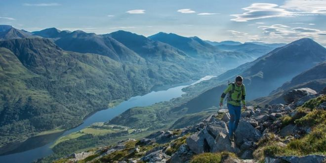 Rio cristalino entre montañas con una flora y un paisaje espectaculares en Glencoe situado en Argyll en el pais de escocia que aparece en la pelicula Harry Potter