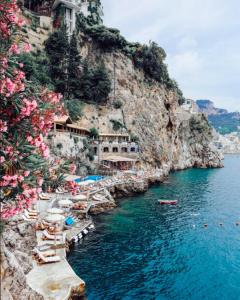 Acantilado lleno de flores casas y aguas preciosas situadas en Sicilia en el pais de Italia que aparece en la pelicula Aquaman