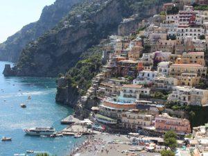 Acantilado lleno de casas y aguas preciosas situadas en Sicilia en el pais de Italia que aparece en la pelicula Aquaman